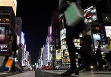 <p>Transeúntes cruzan una avenida en el distrito comercial Ginza de Tokio, 10 abr 2009. El primer ministro japonés Taro Aso, un fanático declarado de las historietas manga, ha deslizado la importancia de los comics y del animé como vía para impulsar el estatus diplomático de su país. REUTERS/Yuriko Nakao</p>