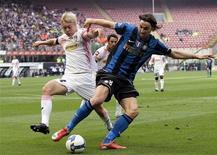 <p>Il centravanti dell'Inter Zlatan Ibrahimovic lotta con il difensore del Palermo Simon Kjaer. REUTERS/Alessandro Garofalo (ITALY SPORT SOCCER)</p>