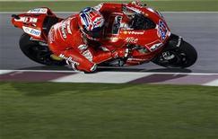 <p>L'australiano Casey Stoner su Ducati durante le qualificazioni del Gran Premio del Qatar. REUTERS/Fadi Al-Assaad</p>