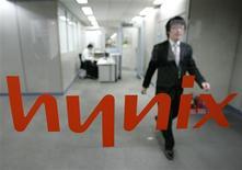 <p>Le Japon abroge des droits de douane sur les mémoires produites par le coréen Hynix Semiconductor, jugeant que ce dernier ne bénéfice plus d'aides publiques./Photo prise le 5 février 2009/REUTERS/Jo Yong-Hak</p>