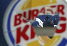 <p>Разбитое окно закусочной Burger King в Оаксака, Мексика 7 ноября 2006 года. Мексиканских чиновников обидела реклама новых гамбургеров в стиле текс-мекс сети фастфудов Burger King, где изображен американский ковбой и мексиканец, одетый в родной флаг. REUTERS/Stringer</p>