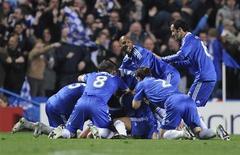 <p>Jogadores do Chelsea celebram após gol contra o Liverpool em empate de 4 x 4 que garantiu vaga nas semi-finais da Liga dos Canpeões. REUTERS/Toby Melville</p>