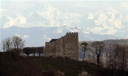 The Alps of the Bernese Oberland are seen in a distance of around 90 kilometres behind Schloss Habsburg castle near the village of Habsburg west of Zurich April 13, 2008. REUTERS/Arnd Wiegmann