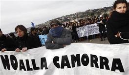 """<p>Люди держат в руках плакат, на котором написано """"Нет каморре"""", на акции протеста в Неаполе 21 марта 2009 года. Итальянский бизнесмен, Франческо Витторио Амброзио, прозванный на родине """"королем"""" зерна, и его супруга были найдены мертвыми на их вилле в Неаполе, сообщила полиция. Неаполь является родиной """"Каморры"""" - одной из самых влиятельных преступных организаций в Италии. REUTERS/ Stefano Renna</p>"""