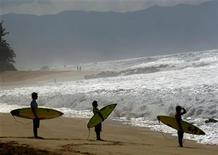 <p>Surfers watch the waves at the 'Banzai Pipeline' during the Monster Pro Pipeline surfing contest on the north shore of the Hawaiian island of Oahu February 6, 2007. REUTERS/Lucy Pemoni</p>