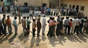 <p>Люди стоят в очереди на избирательный участок в деревне Мохарипур в Индии 16 апреля 2009 года. В Индии стартовал первый тур всеобщих выборов, в которых примет участие более 700 миллионов человек. REUTERS/Jitendra Prakash</p>