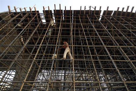 Labourers erect scaffolding at a construction site in Hyderabad in this November 4, 2008 file photo.  REUTERS/Krishnendu Halder/Files