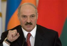 <p>Президент Белоруссии Александр Лукашенко на самите ЕврАзЭс в Москве 4 февраля 2009 года. Евросоюз пригласил Александра Лукашенко посетить в мае Европу с первым почти за 15 лет визитом, а Италия ждет белорусского президента уже в конце апреля. REUTERS/Sergei Karpukhin</p>