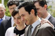 <p>Piloto brasileiro Hélio Castroneves e sua irmã, Katiucia, reagem ao serem absolvidos de processos de evasão fiscal nos EUA nesta sexta-feira. REUTERS/John Watson Riley</p>