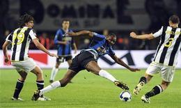 <p>Calcio, scivola la Fiorentina, vince Reggina fanalino di coda. Un'immagine del match di ieri tra Juve e Inter. REUTERS Alessandro Bianchi</p>