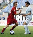 <p>Il giocatore della Lazio Cristian Ledesma e quello della Roma Francesco Totti. REUTERS/Giampiero Sposito</p>