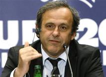 <p>Presidente da Uefa, Michel Platini, durante coletiva de imprensa no dia 16 de abril, defendeu nesta terça-feira a interrupção de jogos em caso de cantos racistas. REUTERS/Peter Andrews</p>