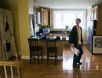 <p>Prospective home buyer Jessica Doctoroff tours a condominium for sale in Medford, Massachusetts, April 2, 2009. REUTERS/Brian Snyder</p>
