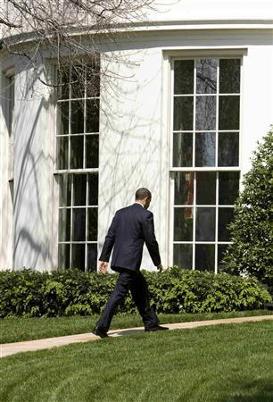 U.S. President Barack Obama walks towards the Oval Office of the White House in Washington, April 21, 2009. REUTERS/Larry Downing
