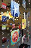 <p>Una exhibición publicitaria del iPhone es vista en una tienda de Apple en Carlsbad, California, 22 abr 2009. El fabricante computadoras Apple reportó el miércoles ventas e ingresos del segundo trimestre mejores a los esperados por el mercado, pero mantuvo la tradición de dar un pronóstico cauto, lo que frenó el entusiasmo de los inversionistas. REUTERS/MikeBlake</p>
