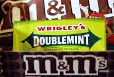 <p>Конфеты M&M's и пачка жевательной резинки Wrigley's Doublemint в магазине в Медфорде 28 апреля 2008 года. Школьные уборщики в ужасе - американские ученые доказали, что жвачка может улучшить академические показатели учащегося. REUTERS/Brian Snyder</p>