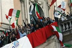 <p>Sostenitori festeggiano la vittoria elettorale di Gianni Alemanno in Campidoglio a Roma, il 28 aprile 2008. REUTERS/Dario Pignatelli</p>