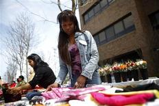 <p>Yoly Castillo, 37, prepares items at a Granmeen America open house at St. John's University in New York April 18, 2009. Originally begun in Bangladesh, the nonprofit microfinance organization has 600 borrowers in Queens, all women, with average loans of $2,200 with a repayment rate of 99.6 percent. REUTERS/Eric Thayer</p>