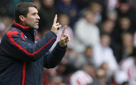 Sunderland's coach Roy Keane gestures during their English Premier League soccer match against Newcastle United at the Stadium of Light in Sunderland, northern England November 10, 2007. REUTERS/Nigel Roddis NO ONLINE/INTERNET USAGE WITHOUT A LICENCE FROM THE FOOTBALL DATA CO LTD. FOR LICENCE ENQUIRIES PLEASE TELEPHONE +44 (0) 207 864 9000.