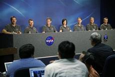 <p>La tripulación del transbordador Atlantis STS-125 responde preguntas durante una conferencia de prensa en el Centro Espacial Johnson en Houston. Abril 23, 2009. REUTERS/Donna Carson</p>