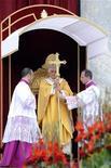 <p>Papa Benedetto XVI alla messa di canonizzazione di cinque santi in piazza San Pietro in Vaticano. REUTERS/Alessandro Bianchi</p>