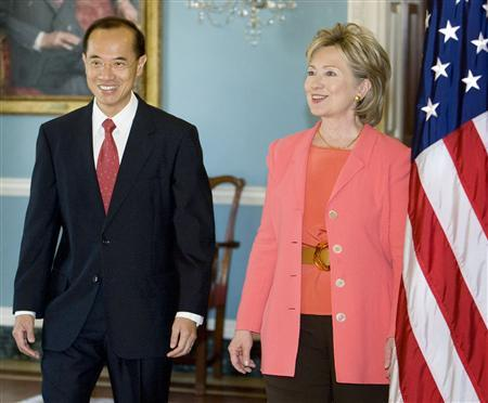U.S. Secretary of State Hillary Clinton (R) and Singapore's Minister of Foreign Affairs George Yeo Yong Boon walk out to pose at the U.S. State Department in Washington, April 27, 2009. REUTERS/Larry Downing