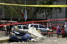 <p>Люди смотрят на разрушения, причиненные городу Акапулько землетрясением 27 апреля 2009 года. Землетрясение силой 6,0 балла по шкале Рихтера произошло в Мексике в понедельник, о жертвах не сообщается, сообщили Геологический комитет США и представители властей Мексики. REUTERS/Jesus Trigo</p>