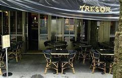 <p>Ресторан Cafe du Tresor в Париже. Налог на добавленную стоимость на услуги кафе и ресторанов во Франции с 1 июля будет снижен до 5,5 процента с сегодняшней ставки 19,6 процента, сообщило во вторник правительство. REUTERS/Xavier Lhospice</p>