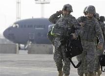 """<p>Военнослужащие США направляются к самолету, вылетающему в Афганистан, на авиабазе Манас близ Бишкека 13 февраля 2009 года. Пентагон заявил, что достиг прогресса в попытках убедить Киргизию не закрывать служащую для поддержки военной кампании в Афганистане авиабазу """"Манас"""", в то время как Бишкек отрицает, что ведет переговоры с американцами. REUTERS/Shamil Zhumatov</p>"""