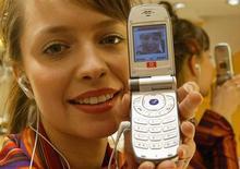<p>Una modella con cellulare. REUTERS</p>