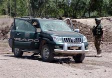 <p>Un soldato controlla un'auto a Herat. REUTERS/Jalil Razai</p>