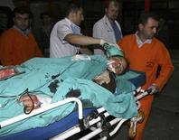 <p>Раненого мужчину отправляют в больницу города Диярбакыр, Турция 5 мая 2009 года. Неизвестные в масках расстреляли и забросали гранатами свадьбу на юго- востоке Турции, в результате чего погибло 44 человека, сообщило министерство внутренних дел страны. REUTERS/Anatolian/Sema Kaplan</p>