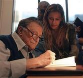 <p>Foto de archivo del escritor uruguayo Mario Benedetti en Montevideo, 12 oct 2006. El escritor uruguayo Mario Benedetti, de 88 años, recibió el alta médica del hospital privado al que ingresó casi dos semanas atrás por una enfermedad intestinal, dijo el miércoles la institución. REUTERS/Andres Stapff/Archivo</p>