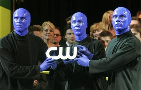 Members of Blue Man Group hold a lighted logo of The CW television network at the launch party for The CW television network at Warner Bros. studios in Burbank, California September 18, 2006. REUTERS/Fred Prouser