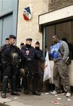 <p>Agenti carcerari francesi bloccano anche oggi, per il terzo giorno consecutivo, l'accesso a tutti i centri di detenzione d'Oltralpe, a sostegno della loro richiesta di ottenere più personale e mezzi. REUTERS/Benoit Tessier (FRANCE POLITICS EMPLOYMENT BUSINESS CONFLICT)</p>
