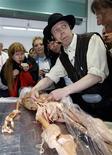 <p>Gunther von Hagens, famoso per i suoi spettacoli che mostrano cadaveri perfettamente conservati. REUTERS/Alex Grimm</p>