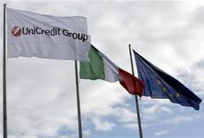 <p>Bandiera del gruppo Unicredit a Roma. REUTERS/Giampiero Sposito</p>