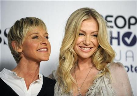Comedian Ellen Degeneres (L) and actress Portia de Rossi pose backstage after Degeneres won the award for Favorite Talk Show Host at the 35th annual People's Choice awards in Los Angeles January 7, 2009. REUTERS/Phil McCarten