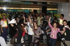 <p>Постояльцы отеля Metropark танцуют в Гонконге 8 мая 2009 года. Около 300 постояльцев и работников гонконгской гостиницы, неделю проживших в режиме карантина, в пятницу выйдут на улицу, достойно отметив это событие в последнюю ночь своего пребывания в отеле. REUTERS/Bobby Yip</p>