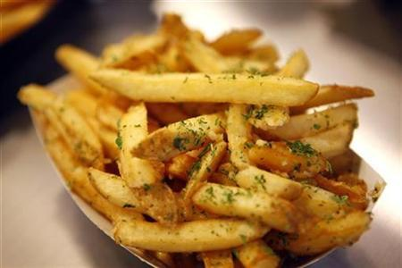 Garlic fries are displayed in New York, April 15, 2009. REUTERS/Eric Thayer