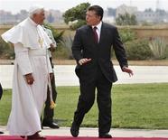 <p>Il di Giordania Abdullah accoglia Papa Benedetto XVI al suo arrivo. REUTERS/Ahmed Jadallah</p>