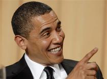 <p>El presidente de Estados Unidos, Barack Obama, apunta durante la rutina de la comediante Wanda Sykes en la cena de la Asociación de Corresponsales de la Casa Blanca en Washington. Mayo 9, 2009. REUTERS/Jonathan Ernst (ESTADOS UNIDOS)</p>