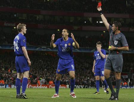 Darren Fletcher(L) of Manchester United is shown the red card during their Champions League semifinal against Arsenal in London May 5, 2009. Fletcher and Barcelona pair Eric Abidal and Daniel Alves will all miss the Champions League final after UEFA said on Monday there were no grounds for overturning their suspensions. REUTERS/Stringer/Files