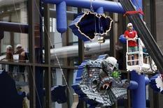 <p>Trabajadores retiran una obra del artista checo David Cerny desde la sede de la UE en Bruselas, 11 mayo 2009. Unos operarios desmantelaron el lunes una enorme escultura que se burlaba de los miembros de la Unión Europea, después de que su creador, un artista checo, demandara que fuera retirada de la sede de la UE. REUTERS/Thierry Roge</p>