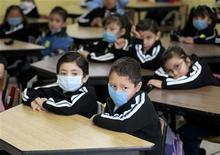 <p>Bambini messicani a scuola con la mascherini. REUTERS/Henry Romero (MEXICO SOCIETY HEALTH EDUCATION)</p>