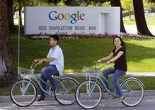<p>Ciclisti davanti alla sede di Google a Mountain View, in California. REUTERS/Kimberly White (UNITED STATES)</p>