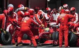 <p>Член команды Ferrari Фелипе Масса во время гонки в Испании, 10 мая 2009 года. Команда Ferrari покинет Формулу- 1 в конце текущего сезона, если организаторы крупнейшего чемпионата автогонок введут бюджетные ограничения на 2010 год. REUTERS/Manu Fernandez/Pool</p>