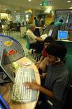<p>Giovani navigano su Internet. REUTERS PICTURE</p>