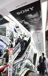 <p>Sony fait état d'une deuxième perte trimestrielle consécutive, pénalisé par la fermeté du yen, des ventes atones et des coûts de restructuration, et il table sur une perte annuelle moindre que prévu pour l'exercice en cours./Photo prise le 14 mai 2009/REUTERS/Kim Kyung-Hoon</p>