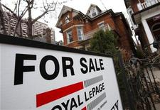 <p>A house is seen for sale on the real estate market in Toronto, April 9, 2009. REUTERS/Mark Blinch</p>